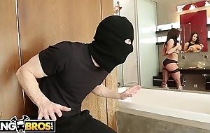BANGBROS - MILF Kendra Desideratum Takes Supervise Of Be passed on Thief, Ryan Mclane